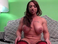 brandimae plays with her big clit